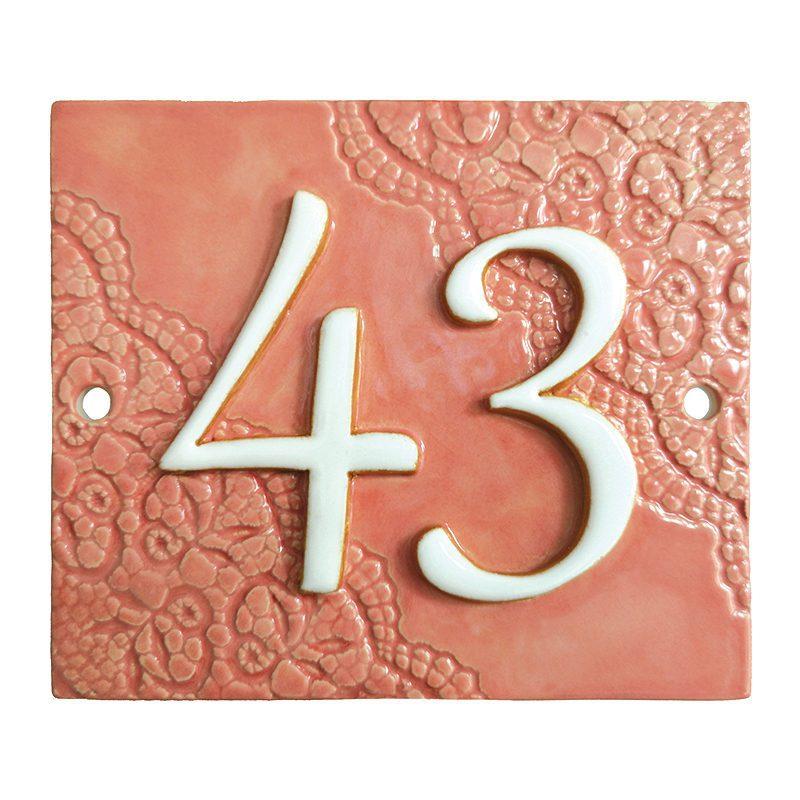 Handgemaakt keramisch huisnummerbord roze, nummer 43. Diagonaal gedecoreerd met kant.