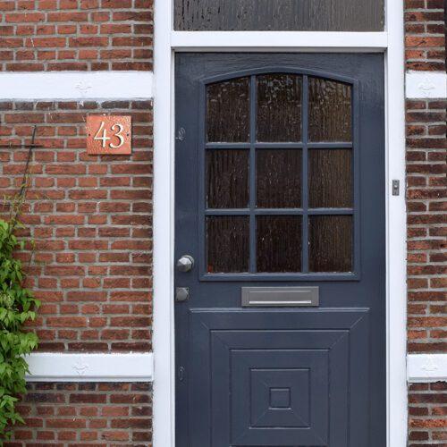 Handgemaakt keramisch huisnummerbord roze, nummer 43.