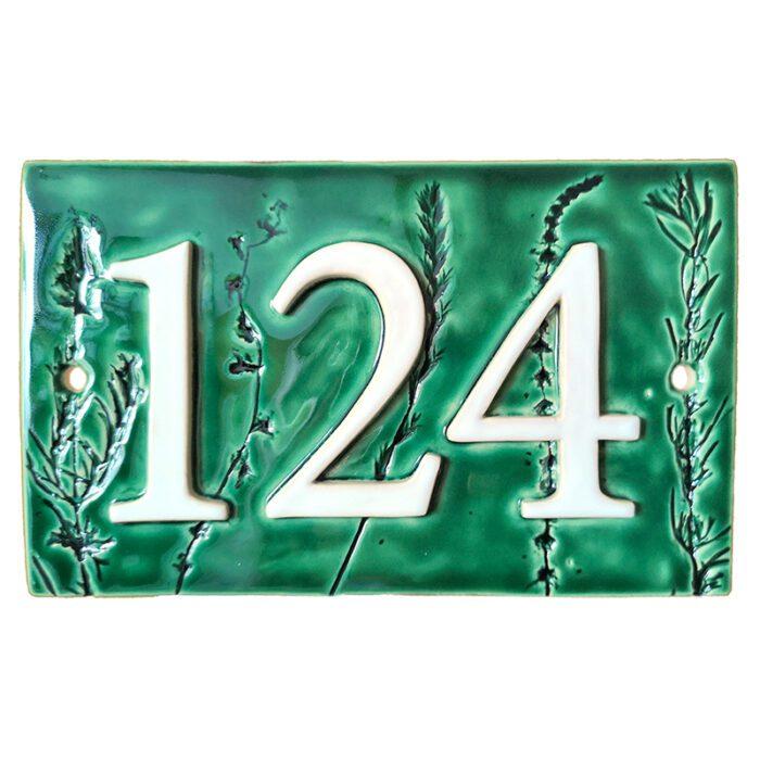 Handgemaakt keramisch huisnummerbord groen, met plantjes. Nummer 124.