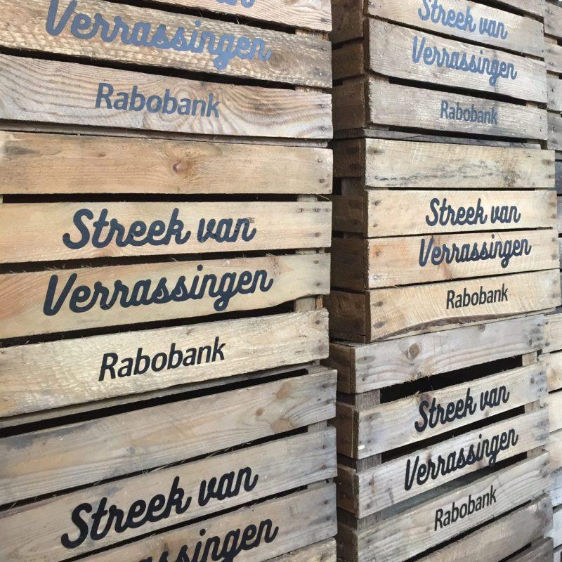 houten krat met logo rabobank liefslabel