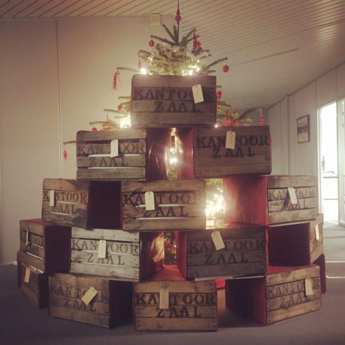 kerstboom van houten kisten met bedrijfsnaam origineel kerstpakket liefslabel
