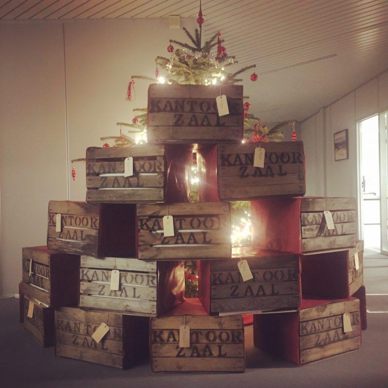 kerstboom van fruitkisten met bedrijfsnaam kantoor zaal
