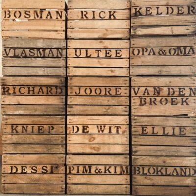 houten kist met tekst