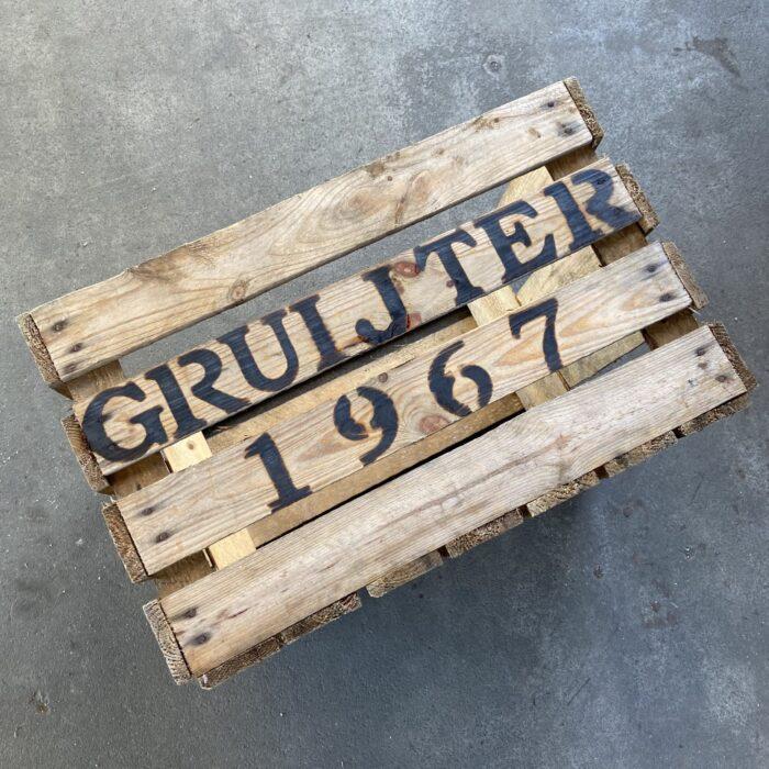 houten kist met tekst gruijter 1967 familienaam jaartal liefslabel