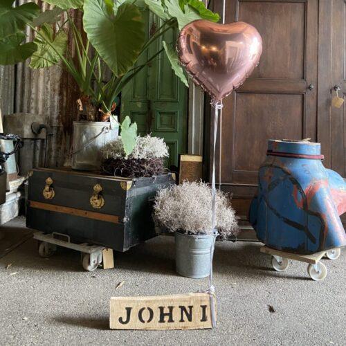 houten naambord met heliumballon liefslabel johni