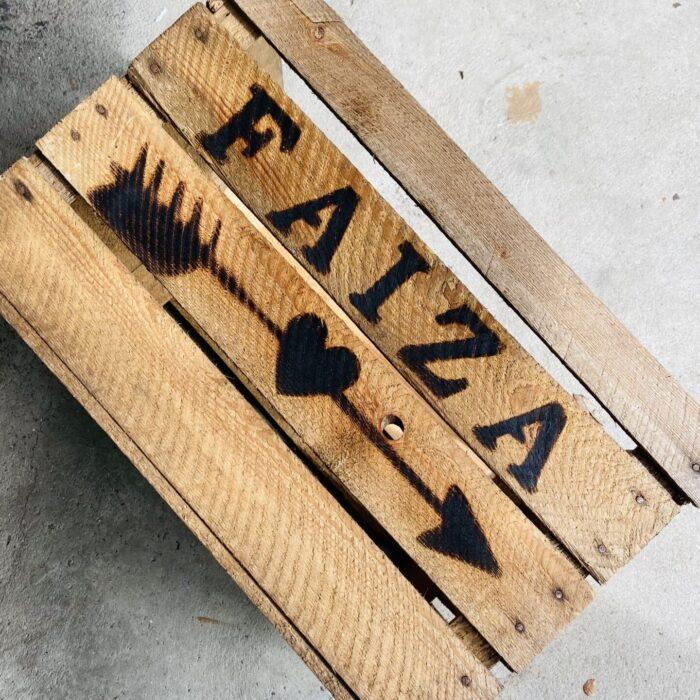 houten kist met naam faiza liefslabel
